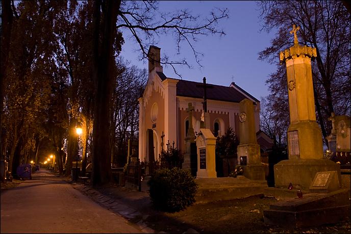 Stary Cmentarz w Tarnowie nocą.