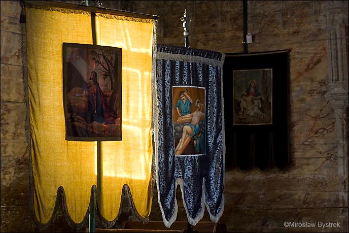 Zabytkowe chorągwie w cerkwi w Wysowej.