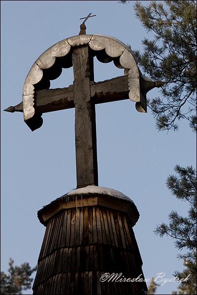 krzyż zwieńczający wieżę