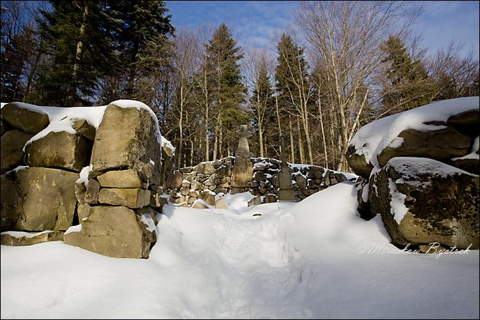 cmentarz ogrodzony jest murem poligonalnym (kamień nieregularny, ułożony bez zaprawy), wejście otwarte bez bramki