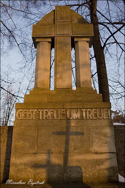 Parkosz cmentarz wojenny pomnik z cieniem
