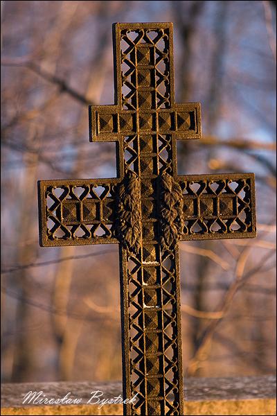 ażurowy krzyż dwuramienny na grobach na grobie Rosjan